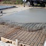 Бетонный монолит от цементно песчаного раствора отличается присутствием в составе щебня