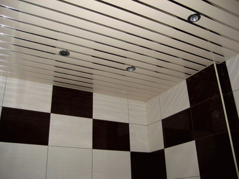 Реечный потолок в ванной комнате
