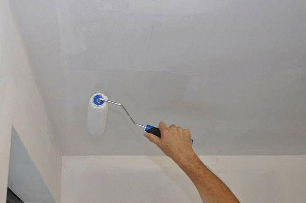 Грунтование - это обязательный этап подготовки потолка перед покраской, обеспечивающий надежную защиту от отслаивания краски