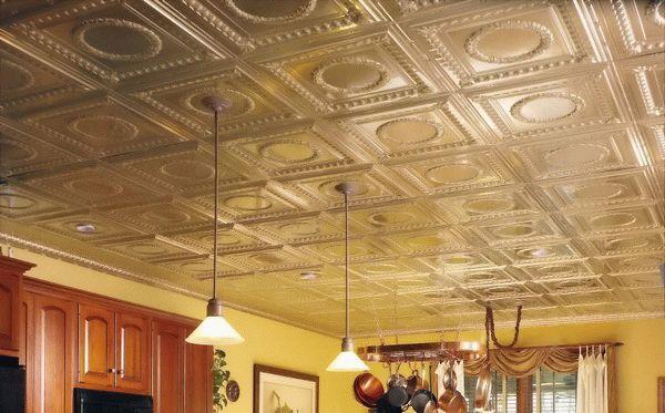 Для покраски рельефного потолка отлично подойдет широкая кисть