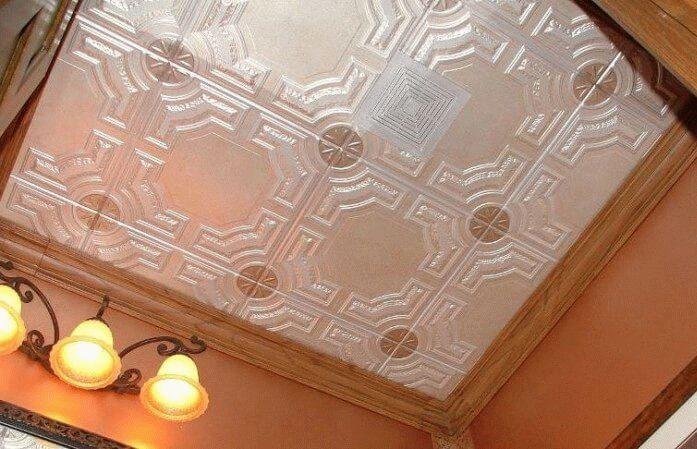 Потолок из пенопласта может окрашиваться акриловыми или водоэмульсионными составами