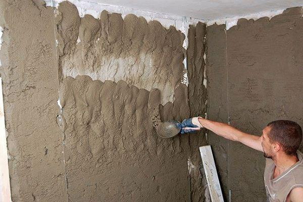 Обрызг стены штукатуркой