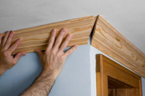 Деревянный потолочный плинтус придает интерьеру благородный внешний вид, но отличается высокой стоимостью и сложностью монтажа