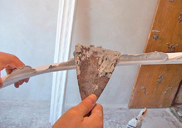 Нанесение шпатлевки на поверхность галтели