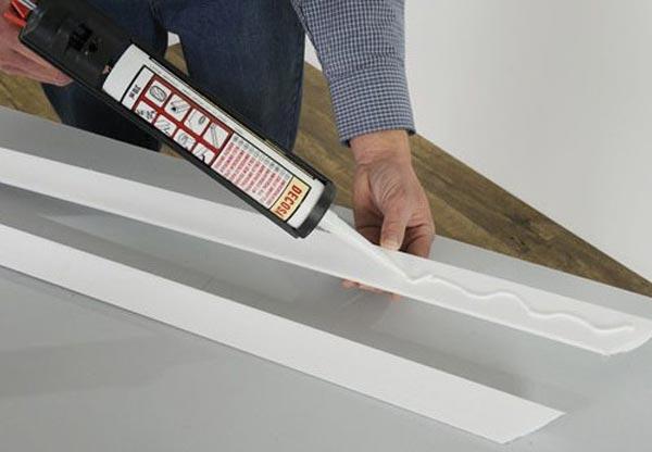 Установка потолочного плинтуса с помощью клея может производиться поверх финишной отделки