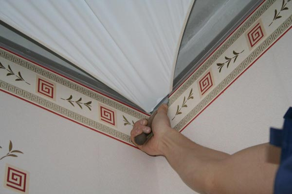 Если было принято решение поклеить обои до установки натяжного потолка, нужно помнить, что такой метод имеет множество недостатков